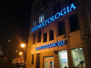 Stomatologia na Podzamczu Szczecin nocą