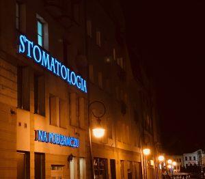 Stomatologia na Podzamczu Szczecin w nocy