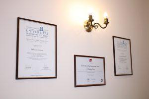 Stomatologia na Podzamczu Szczecin - poczekalnia dyplomy