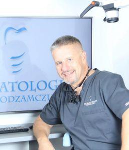 dr n.med. Tomasz Cegielski - Master in Science in Oral Implantology, specjalista i-go stopnia, Implantolog z 25-letnim stażem pracy. Odpowiada za implantologię oraz implantoprotetykę a w szczególności skomplikowane rekonstrukcje zgryzu. Właściciel i dyrektor medyczny Stomatologii na Podzamczu w Szczecinie.