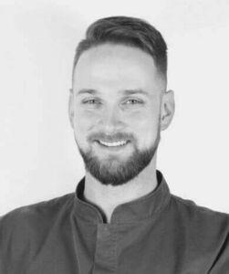 Dr Michał Anolik - pasjonat stomatologii estetycznej oraz precyzyjnych praz z użyciem mikroskopu. Przyjmuje pacjentów w Stomatologii na Podzamczu w Szczecinie.