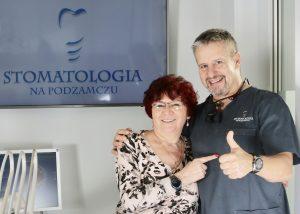 szczęśliwa pacjentka po leczeniu implantomlogicznym